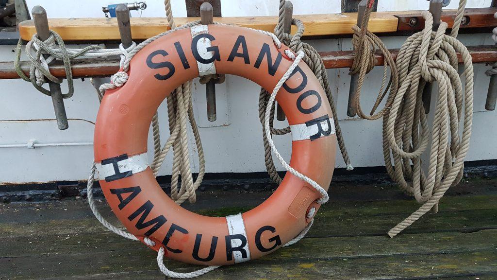 Alter Rettungsring mit Aufdruck des Schiffnamen SIGANDOR und des alten Heimathafens HAMBURG
